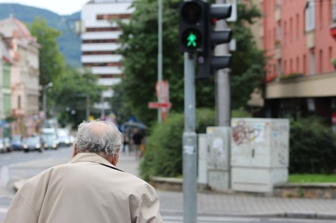 old-man-crossing-street-2535156_640.jpg